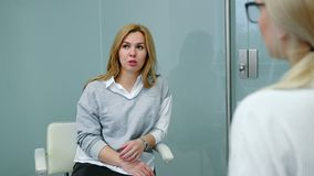 """Η λυπημένη γυναίκα μιλά για Ï""""Î¿ πρόβλημά της με τον ψυχολόγο στη σύνοδο  απόθεμα βίντεο"""