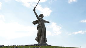 Η μάζα επισκέπτεται τους επισκέπτες του αναμνηστικού σύνθετου Mamaev Kurgan στην επέτειο της νίκης στο μεγάλο Δεύτερο Παγκόσμιο Π φιλμ μικρού μήκους