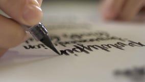 Η μάνδρα βουρτσών με το μελάνι επισύρει την προσοχή σε χαρτί απόθεμα βίντεο