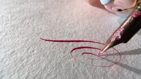Η μάνδρα γράφει σε χαρτί φιλμ μικρού μήκους