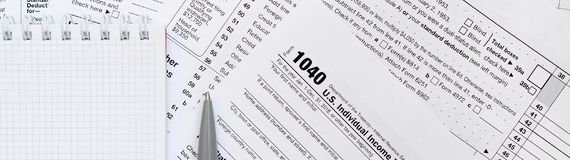 Η μάνδρα και το σημειωματάριο είναι ψέματα στη φορολογική μορφή 1040 U S Individua στοκ εικόνες