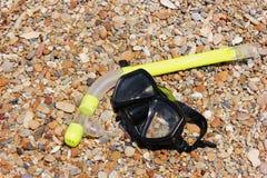 Η μάσκα για την κολύμβηση με αναπνευστήρα βρίσκεται στην ακροθαλασσιά Τουρισμός και ενεργό υπόλοιπο στοκ εικόνες με δικαίωμα ελεύθερης χρήσης