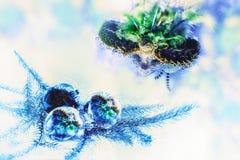 Η μάσκα καρναβαλιού απεικονίζεται στα παιχνίδια χριστουγεννιάτικων δέντρων Στοκ εικόνα με δικαίωμα ελεύθερης χρήσης