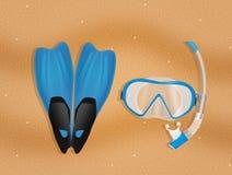 Η μάσκα κατάδυσης, κολυμπά με αναπνευτήρα και πτερύγια στην παραλία ελεύθερη απεικόνιση δικαιώματος