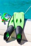 Η μάσκα, κολυμπά με αναπνευτήρα και πτερύγια για την κολύμβηση με αναπνευστήρα στη βάρκα Στοκ Εικόνες