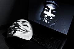 Η μάσκα Vendetta στο computeur με το ανώνυμο μέλος επάνω Αυτή η μάσκα είναι ένα γνωστό σύμβολο για το σε απευθείας σύνδεση hackti Στοκ εικόνες με δικαίωμα ελεύθερης χρήσης