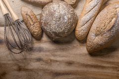 Η μέντα Spea στο κόκκινο κέικ βελούδου, κλείνει αυξημένος του ζωηρόχρωμου αρτοποιείου στοκ εικόνα