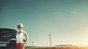 Η μέση ηλικίας ανεξάρτητη γυναίκα απολαμβάνει την οδική περιπέτεια Τονισμένη εικόνα με τις γρατσουνιές και το αντίγραφο-διάστημα  στοκ εικόνες