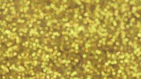 Η μαγική πτώση χρυσή ακτινοβολεί με τα μικροσκοπικά μπλε αστέρια, σε αργή κίνηση φιλμ μικρού μήκους