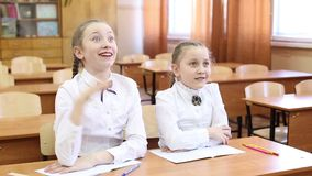 Η μαθήτρια αυξάνει το χέρι της για να απαντήσει στην ερώτηση του δασκάλου φιλμ μικρού μήκους