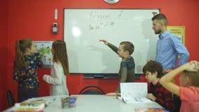 Η μαθήτρια γράφει στον πίνακα την ημερομηνία απόθεμα βίντεο