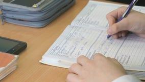 Η μαθήτρια γράφει το κείμενο στο σχολικό ημερολόγιο απόθεμα βίντεο
