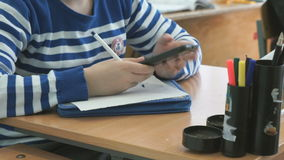 Η μαθήτρια γράφει το κείμενο στο φύλλο του εγγράφου απόθεμα βίντεο