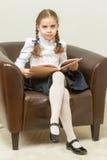 Η μαθήτρια διαβάζει ένα βιβλίο Στοκ Εικόνα