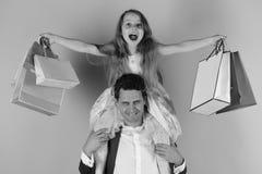 Η μαθήτρια και ο πατέρας κάνουν τις αγορές και έχουν τη διασκέδαση Κορίτσι και άτομο με τις εύθυμες τσάντες αγορών λαβής προσώπων Στοκ φωτογραφία με δικαίωμα ελεύθερης χρήσης