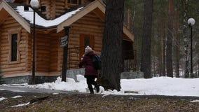 Η μαθήτρια με ένα σακίδιο πλάτης τρέχει μέσω του πάρκου κίνηση αργή απόθεμα βίντεο