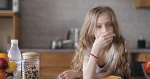 Η μαθήτρια με μακρυμάλλη τρώει τις άσπρες φρυγανιές ψωμιού απόθεμα βίντεο