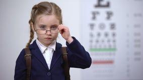 Η μαθήτρια που φωνάζει φορώντας τα σπασμένα γυαλιά, πήρε φοβερισμένη από τους λόρδους για τα θεάματα απόθεμα βίντεο