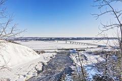 """Η μακριά γέφυρα αναστολής εκτείνεται τον ποταμό του ST Lawrence μεταξύ του Montmorency και του φυσικού νησιού Ile δ """"Ορλεάνη στο  στοκ φωτογραφίες"""