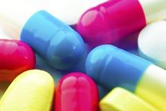 Η μακροεντολή το φάρμακο είναι ωοειδή χρώματα μορφής με το φάρμακο μέσα στοκ εικόνα