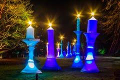 Η μακροχρόνια προοπτική τεχνητού φωτίζει τα χρωματισμένα κεριά τη νύχτα Στοκ Φωτογραφίες