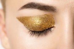 Η μακρο ιδιαίτερη θηλυκό προσοχή με το χρυσό ακτινοβολεί στο βλέφαρο Στοκ Εικόνα