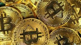Η μακρο κάμερα περιστρέφεται επάνω από τα νομίσματα που δημιουργούνται ως νόμισμα Bitcoin απόθεμα βίντεο