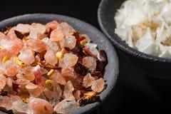 Η μακρο συλλογή, οδοντώνει το himalayan άλας βράχου μικτός με τα καρυκεύματα Στοκ Εικόνα