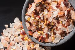 Η μακρο συλλογή, οδοντώνει το himalayan άλας βράχου μικτός με τα καρυκεύματα Στοκ εικόνες με δικαίωμα ελεύθερης χρήσης