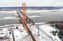Η μακρύτερη καλώδιο-μένοντη γέφυρα πέρα από την άνοιξη της χειμερινής Σιβηρίας χιονιού πάγου ποταμών Στοκ Φωτογραφία