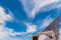 Η μαλακή εστίαση η στέγη με τον όμορφο ουρανό και σύννεφο στα σύνορα Chong Mek, επαρχία Ubon Ratchathani, μεταξύ της Ταϊλάνδης κα Στοκ Εικόνα