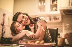 Η μαμά με αγαπά daughter hugging mother Στοκ φωτογραφία με δικαίωμα ελεύθερης χρήσης
