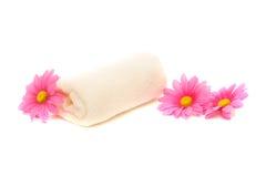 η μαργαρίτα λουτρών ανθίζει τη ρόδινη πετσέτα SPA Στοκ Φωτογραφία