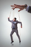 Η μαριονέτα επιχειρηματιών που χειρίζεται από τον προϊστάμενο Στοκ Φωτογραφία
