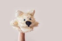 Η μαριονέτα παρουσιάζει σκυλί σε ένα γκρίζο υπόβαθρο Διάστημα για το κείμενο ή τα αντίγραφα στοκ εικόνα με δικαίωμα ελεύθερης χρήσης