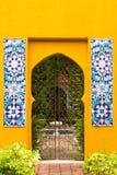 Η μαροκινή πόρτα ύφους στον κήπο Στοκ φωτογραφία με δικαίωμα ελεύθερης χρήσης