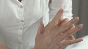 Η μασέρ κάνει το ιατρικό μασάζ της δεξιάς έως ενήλικης γυναίκας στην αίθουσα ομορφιάς απόθεμα βίντεο