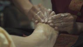 Η μασέρ τρίβει ήπια τα πόδια ενός κοριτσιού απόθεμα βίντεο