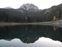 Η μαύρη λίμνη στο λυκόφως στοκ εικόνα με δικαίωμα ελεύθερης χρήσης