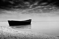 Η μαύρη βάρκα αλιείας κοντά στην ακτή Στοκ Φωτογραφία