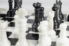 Η μαύρη βασίλισσα κάνει τον έλεγχο αυτοκτονίας Τέχνασμα βασίλισσας Μαρμάρινη σκακιέρα Στοκ Εικόνα