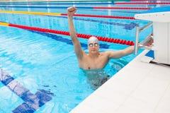 η μαύρη ΚΑΠ καυκάσια εορτασμού ενθαρρυντική κατάλληλη ικανότητας προστατευτικών διόπτρων ευτυχής αρσενική αθλητική επιτυχία χαμόγ Στοκ εικόνες με δικαίωμα ελεύθερης χρήσης