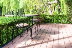 Η μαύρη καρέκλα στον κήπο για χαλαρώνει Στοκ Εικόνες