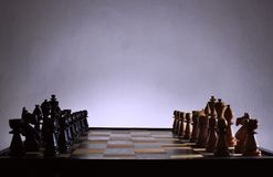 η μαύρη μεταφορά συντρόφων κυριώτερης απώλειας παιχνιδιών τελών σκακιού επιχειρησιακού ελέγχου χαρτονιών μονοχρωματική πέρα από τ στοκ φωτογραφία με δικαίωμα ελεύθερης χρήσης