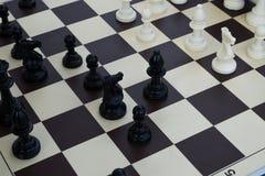 η μαύρη μεταφορά συντρόφων κυριώτερης απώλειας παιχνιδιών τελών σκακιού επιχειρησιακού ελέγχου χαρτονιών μονοχρωματική πέρα από τ Στοκ Εικόνες