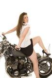 Η μαύρη μοτοσικλέτα φανέλλων γυναικών κάθεται πίσω θεραπεύει επάνω στοκ εικόνα
