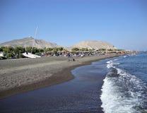 Η μαύρη παραλία άμμου στο ελληνικό νησί Santorini Στοκ Εικόνες
