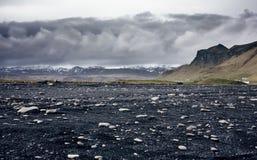 Η μαύρη παραλία άμμου Reynisfjara στην Ισλανδία Στοκ φωτογραφία με δικαίωμα ελεύθερης χρήσης