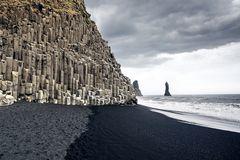 Η μαύρη παραλία άμμου Reynisfjara στην Ισλανδία Στοκ Εικόνα