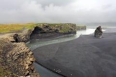 Η μαύρη παραλία άμμου Reynisfjara - Dyrholaey, Ισλανδία Στοκ Φωτογραφίες